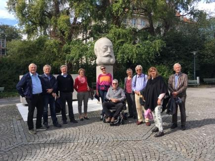 Halt beim Gottfried Keller-Denkmal